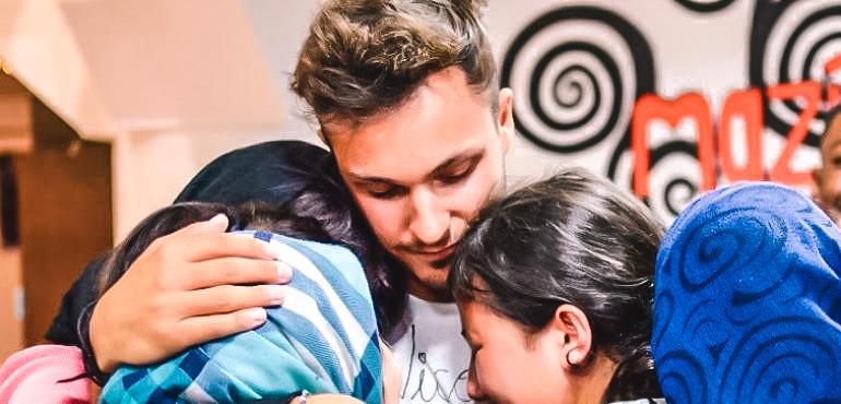Nicolò, quel ragazzo che da anni si batte per assicurare l'educazione dei bambini nei campi profughi.