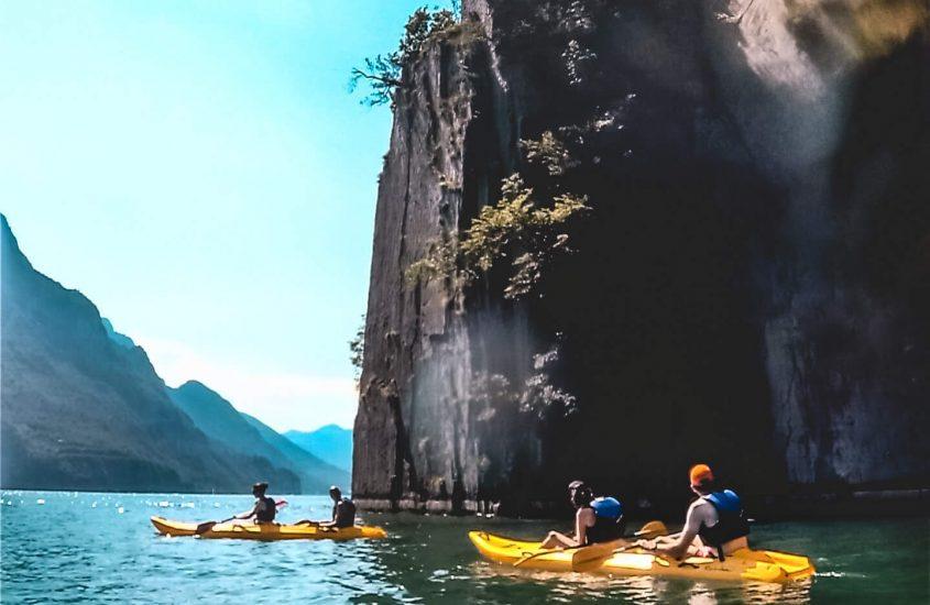 In canoa alla magica Baia del Bogn, nel Lago d'Iseo.